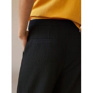 Pantalón INTROPIA gofrado con lazada NEGRO