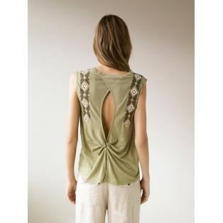 Camiseta bordada escote en espalda Piedra